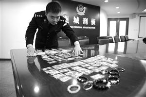 警方在整顿追回的珠宝金饰,待受益人招领比对 通信员供图