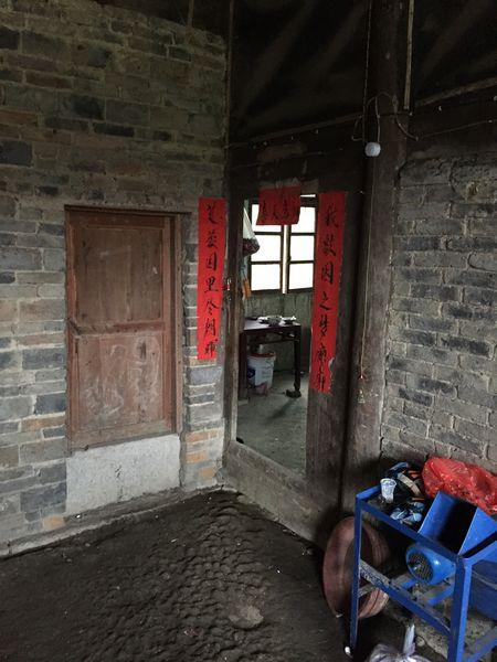杨远洪家的门口上还贴着一副看起来并不陈旧的对联。
