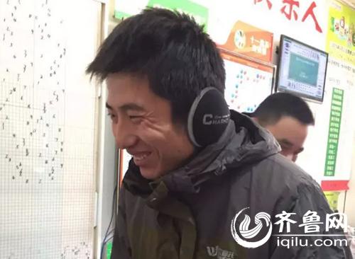 想好了怎么支配这笔巨款,第二天一早6点不到,小刘就爬起来了,彩票站一上班,他拿着彩票就跑过去了。结果电视显示,不!是!他!