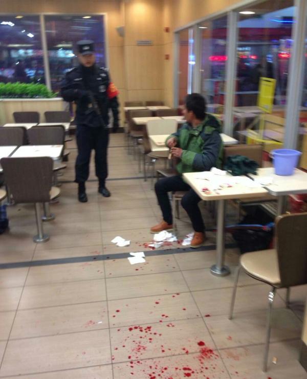 安徽淮南一拾荒白叟日前在肯德基门店内被一女子殴伤。