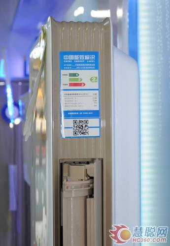 在节能方面,奥克斯极客空调柜机KFR-51LW/BPX800(A2)采用全直流变频技术,有效控制冷媒流量,实现±0.1℃温度传感。这款空调还有ECO模式,实现一晚8小时仅耗电一度。
