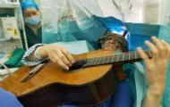 牛人!男子开颅手术弹吉他