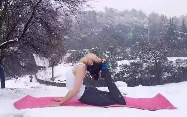 这个妹子的雪地瑜伽是不是很有美感?(鹿姐姐关心的是她冷不冷)图片
