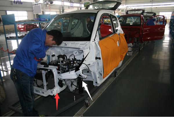 """可以清楚的看到""""知豆""""电动车的车身采用的是承载式车身结构."""