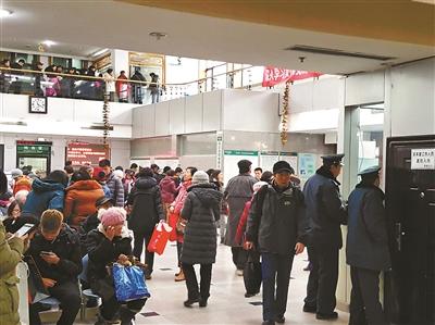 昨天,广安门中病院登记大厅内增强安保力气,避免号估客倒号 拍照/本报记者 李铁柱