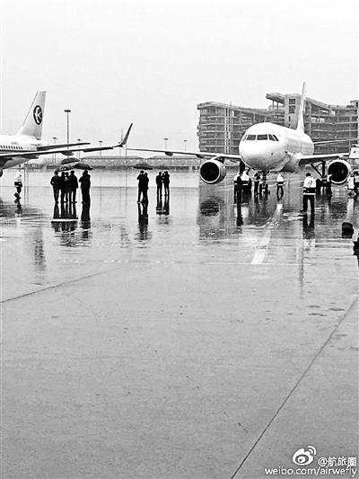 上海虹桥机场作业人员在处置剐蹭到一同的飞机,两架飞机均属东方航空公司