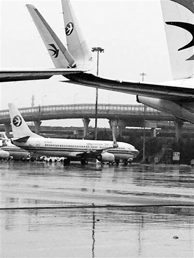两架飞机剐蹭,翼尖重大受损供图/新华社
