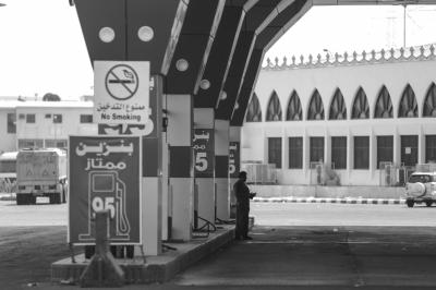沙特一加油站的员工在等待客人的到来。图/东方IC