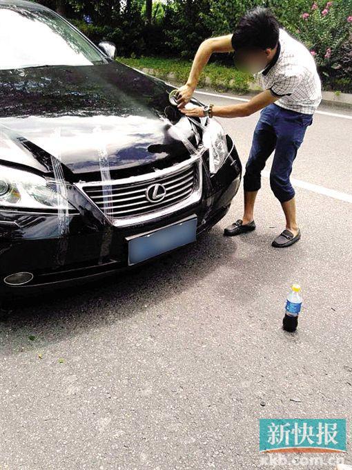嫌疑人碰瓷后用胶布将车前灯粘好。