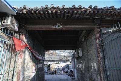 1月25日,旭日门内大巷孚王府。王府内一个门洞已寒酸不堪,贴满小告白,到处可见违章加盖的屋舍。