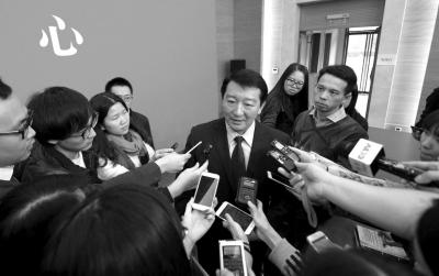 发布会后市交通委发言人容军被记者团团围住