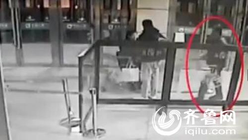 山东兖州火车站男子持刀刺旅客 客运员将其制服