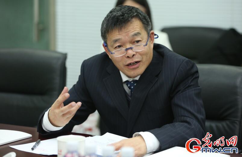 图为清华大学国情研讨院院长胡鞍钢传授在灼烁网座谈