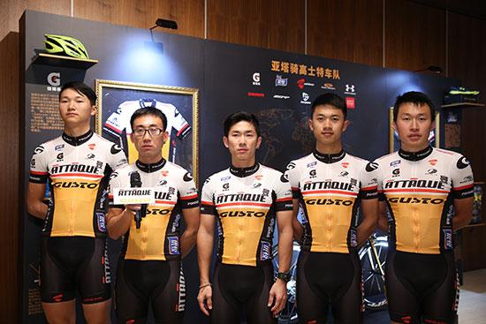 【亚塔骑高士特精英车队】集体亮相上海,从左至右:李昌德、霍海兵、朱梵心、徐鑫灵、王磊