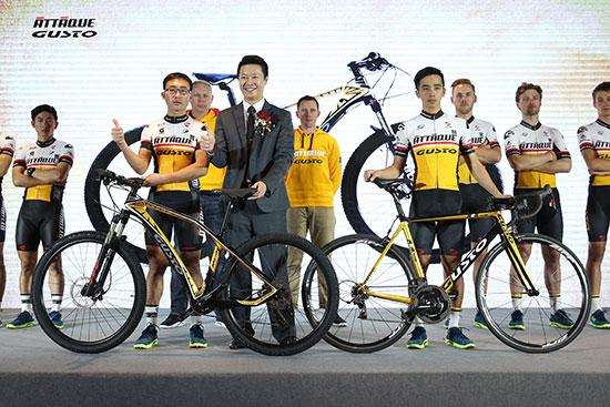 亚塔骑自行车亚洲区总经理廖伟宇先生为【亚塔骑高士特车队】授予自行车,为2016年全新的征战许下良好祝愿