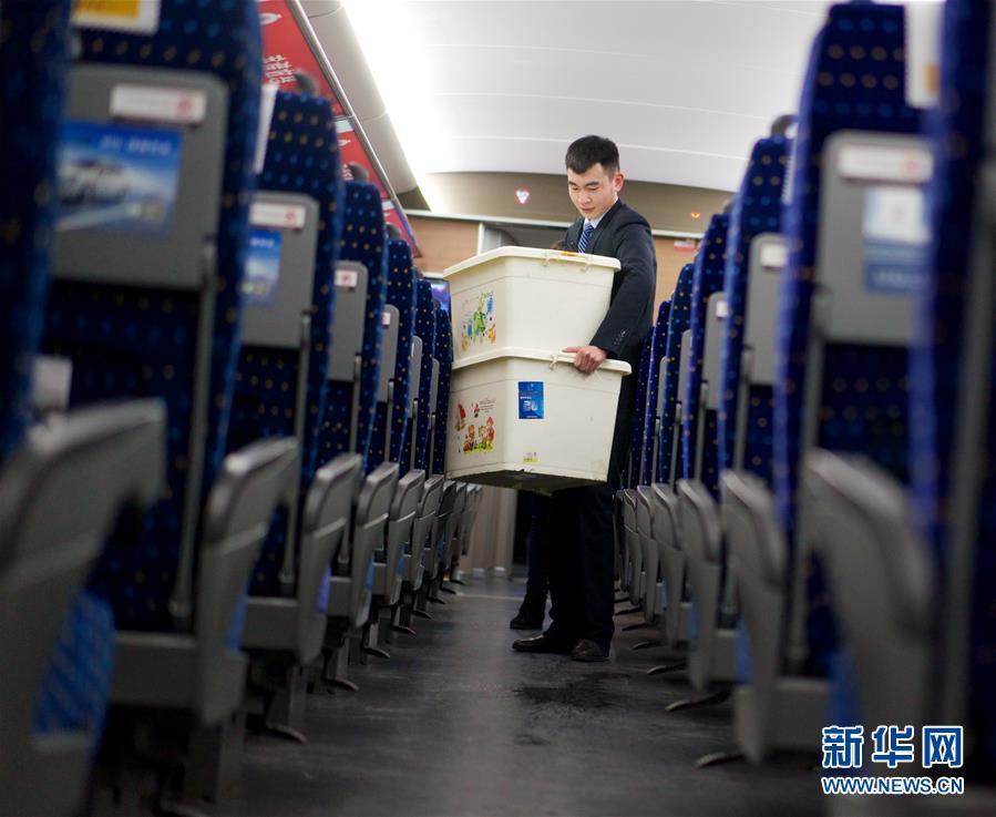 ... -春运火车乘客睡姿图片-春运火车票退票潮_佛冈新闻