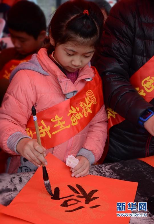 (网络媒体走基层)福州街头:书法家,小学生义写春联增年味(组图)