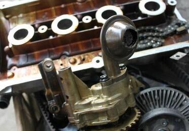 奥迪烧机油,奥迪发动机大修作业高清图片