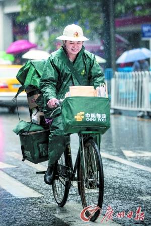 一德路,一位邮寄员冒雨骑行。广州日报记者陈忧子 摄