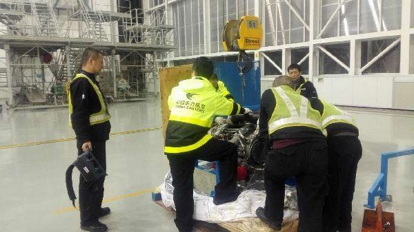图:维修人员正在对新APU进行详细检查