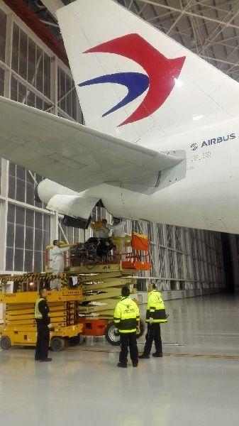 图:维修人员正在合力将APU吊上APU舱随着春节临近,飞机日利用率也逐渐增加,为了保障飞行安全,航班准点运行,飞机维修人员幕后默默地付出着辛勤的汗水,来筑造航空安全大堤。