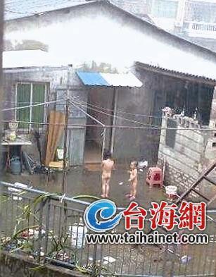 姐弟俩因调皮被父母体罚 脱光站在露台淋雨
