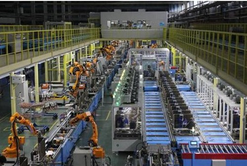 究竟什么是智能制造?通过智能化制造系统,制造出智能化的产品,是在一种信息物理系统支撑下的一种制造模式。目前美的家用空调有六个工厂,其中武汉工厂和广州工厂作为家用空调示范工厂,全智能工厂。其中包括设备自动化,生产透明化,物流智能化、管理移动化、决策数据化,所有都透明,用信息技术高度智能化融合在一起,形成整个智造系统。智能化本质是把产品品质做好,提高产品稳定性,同时控制好成本和时间,并满足消费者的需求。