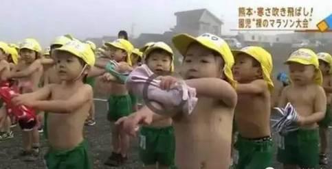 中国孩子大雪放假,日本孩子却迎着风雪裸跑!危机感吗?
