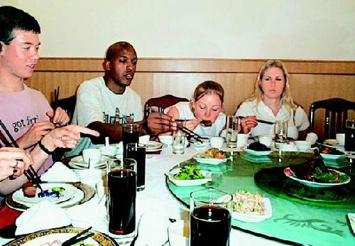 美年轻人爱上吃中国菜。(资料图片)