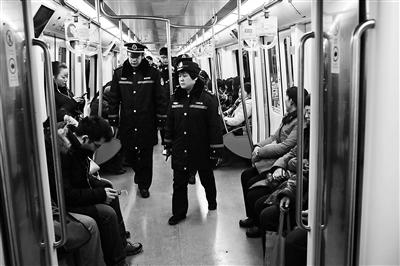 本报讯(记者 刘珜)昨日上午,北京交通法律总队轨道大队再次来到地铁站巡查地铁经营次序。北京青年报记者知道到,自客岁5月1日,轨道经营章程施行以来,轨道大队共查获乞讨卖艺和分发小告白的职员459人。