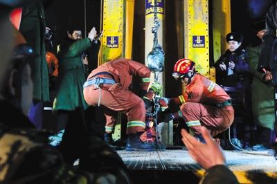 """1月29日,山东平邑""""1225""""石膏矿坍塌事故第一名被困矿工通过救生吊带成功救出。新华社记者 郭绪雷 摄"""