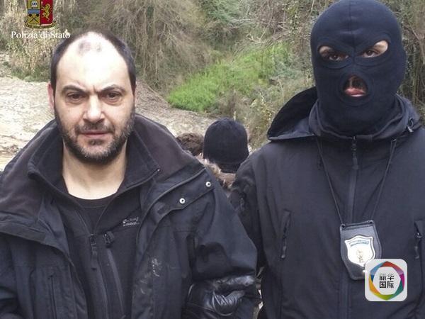 朱塞佩?费拉罗(左)被警察逮捕。(图片来源:新华/美联)