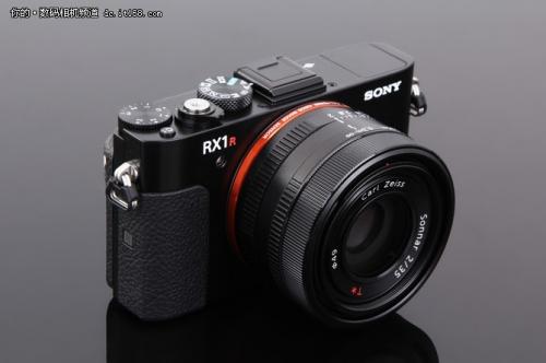 整体来看,索尼RX1RII相机与上一代相比变化不大。延续了上一代的比较光滑的漆面涂层。在机身右侧配备大面积防滑胶皮。