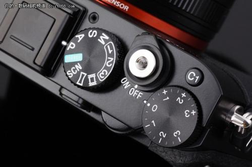 相机在右侧集中了曝光补偿拨盘、C1自定义按键、快门和拍摄模式拨盘。