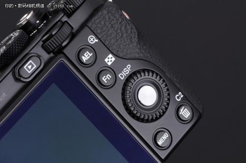 相机背部的按键设计和上一代相比并没有太大的变化。