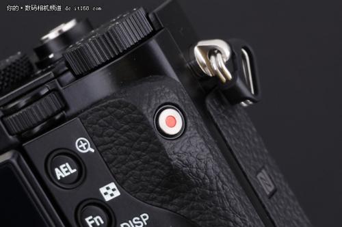 机身侧面配有视频录制按键,手柄胶皮处的NFC的LOGO表明这款产品配备有NFC传输功能,当然也支持WIFI。