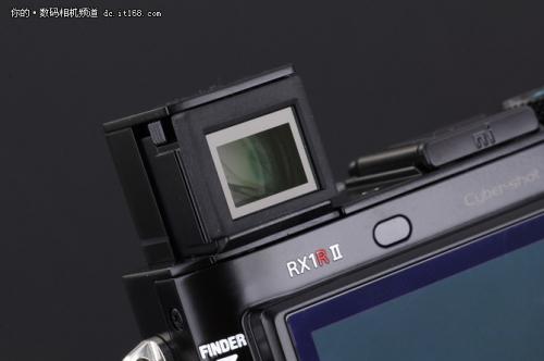 配备约236万有效像素的电子取景器。视野率100%,放大倍率达到了0.74倍。