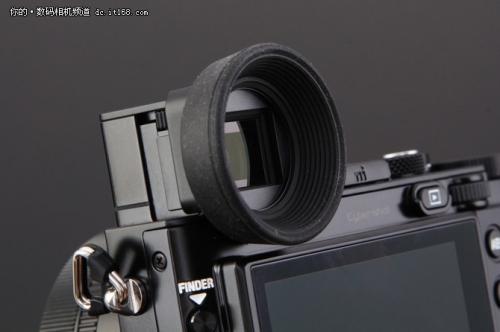 索尼为这款产品的电子取景器设计了一个圆形眼罩,安装该眼罩可以更方便的取景。