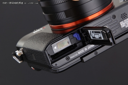 相机底部是电池仓和存储卡插槽,使用型号为NP-BX1的约1240mAh容量的锂电池。