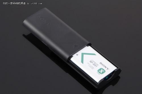 这款产品标配有座充,可以将电池放入座充内为电池充电。实测同样支持移动电源充电。