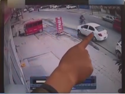 监控中路中骑自行车的少年即将被撞.