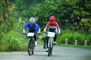 自行车骑行改变了何艳蓝衣平淡而单调的生活。