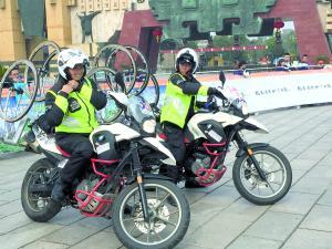 """摩托车是李惠(左)与老公(右)的""""媒人""""。"""