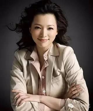 """2002年,董卿只身一人从上海东方电视台初来北京,能找到一个不变的落脚点已是极大的抚慰。当时的春晚对她来讲是一个""""神""""普通高峻上的存在,密切又边远。能上春晚,恰似一场梦。否极泰来,董卿迎来梦圆时候。"""