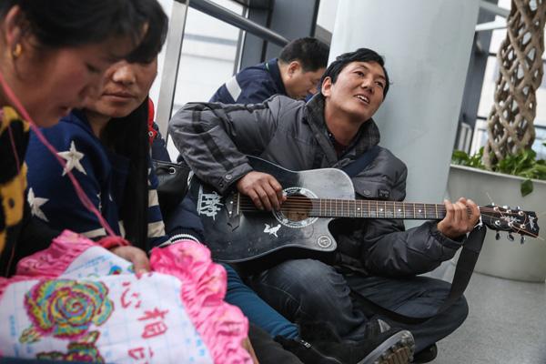 农民工春运:咬牙坐飞机遇大延误 明年还坐火车