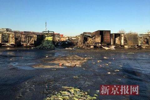 北京大洋路菜市场凌晨大火 50余辆运菜车烧成空架