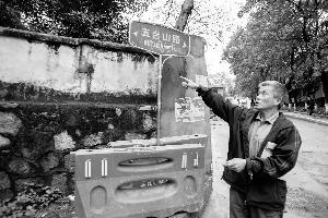 陈国坚现场访问指出每一段围墙的来源。资讯时报记者 梁钜聪 摄
