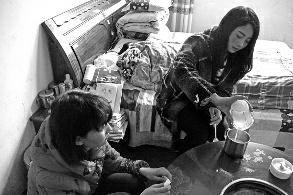 姐姐辞职照顾植物人父亲 12岁妹妹辍学帮忙