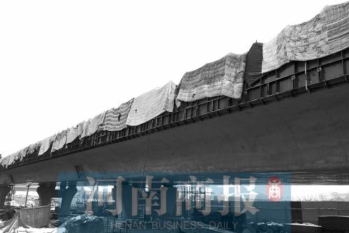 郑州一大桥盖被子 项目部:刚浇筑过水泥以防冻裂