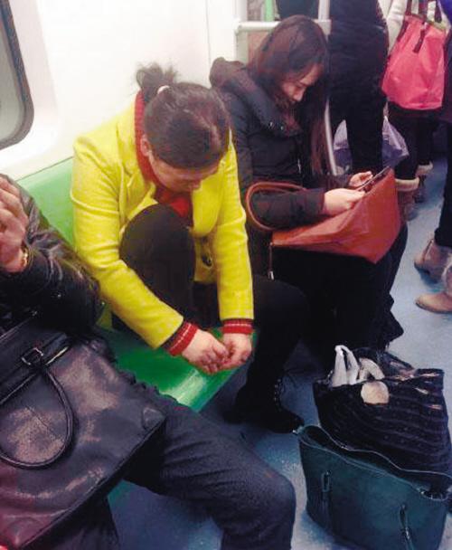 女子地铁上剪趾甲  网友:去年年夜饭都吐出来了